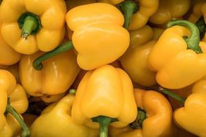 stapel gele paprika's