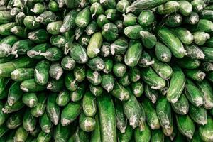 stapel plastic verpakte komkommers foto