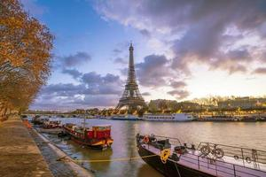 de Eiffeltoren en de rivier de Seine bij schemering in Parijs