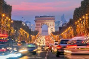 beroemde champs-elysees en arc de triomphe bij schemering in parijs