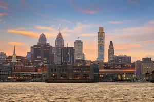 Philadelphia skyline en penn's landing bij schemering foto