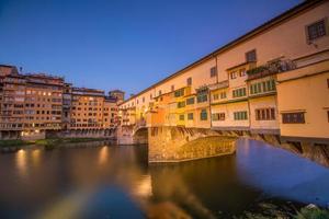 ponte vecchio over de rivier de arno in florence