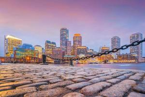 Boston Harbor en het financiële district bij schemering