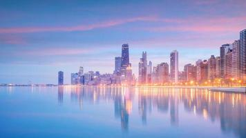 skyline van downtown chicago bij zonsondergang illinois