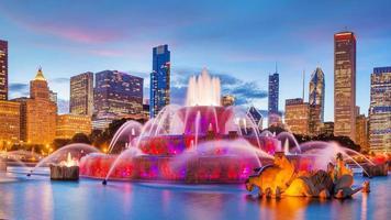 panorama van de skyline van chicago met wolkenkrabbers en buckingham fontein