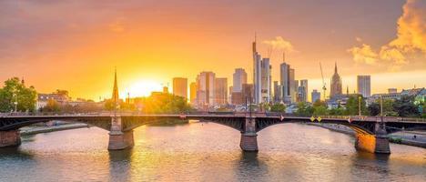 uitzicht op de skyline van Frankfurt in Duitsland bij zonsondergang foto