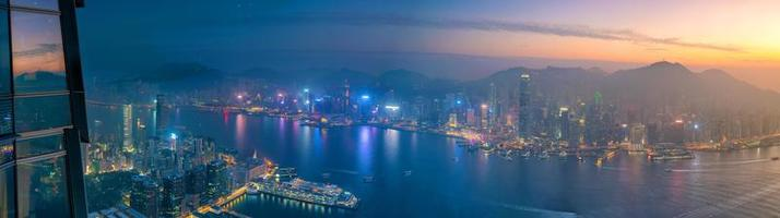 skyline van hong kong met uitzicht op de haven van victoria foto