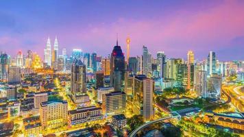 de skyline van de binnenstad van Kuala Lumpur bij schemering foto