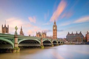 Big Ben en huizen van het parlement foto