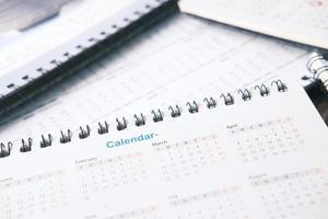 deadline concept met een stapel kalenders foto