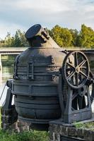 oude Bessemer-convertor bij een gesloten staalfabriek in Zweden foto