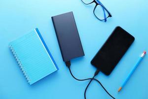 slimme telefoon charing met powerbank op blauwe achtergrond