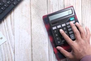 close-up van man hand met behulp van rekenmachine