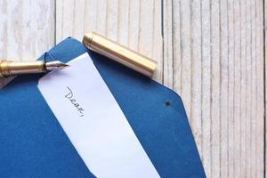 envelop met brief en vulpen foto