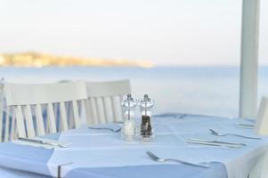 cafétafels aan de zee, selectieve aandacht