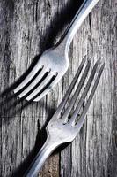 twee zilveren vorken