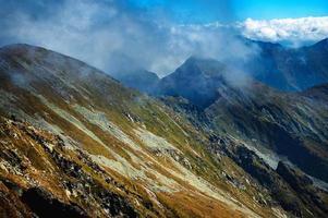 mist over de rand van de hoge berg