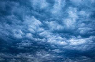 donkere bewolkte hemel foto