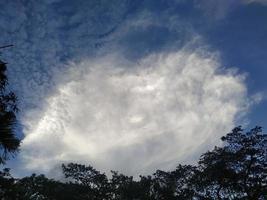 witte hemel rond de blauwe wolkenachtergrond