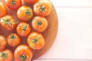 bovenaanzicht van verse tomaten op snijplank