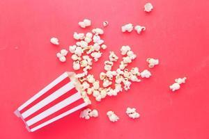 popcorn op een rode achtergrond foto