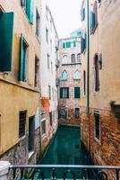 smalle kanalen van Venetië Italië foto