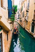 2017 Venetië, Italië - smalle straatjes en grachten van Venetië foto