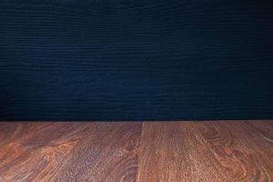 houten tafel met een zwarte achtergrond foto