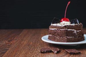 plakje chocoladetaart met kopie ruimte foto