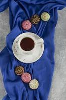 kleurrijke zoete donuts met een kopje thee foto