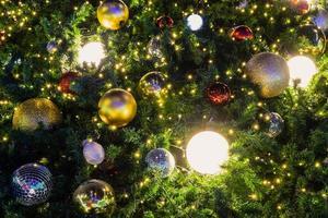 kerstboomballen en lichten