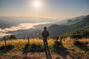 vrouw kijkt uit naar een vallei foto