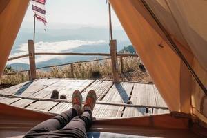 persoon ontspannen in een tent