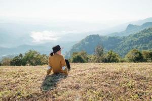 vrouw zitten en genieten van het uitzicht