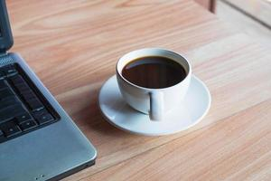 kopje koffie op bureau foto
