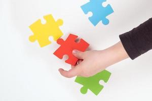 kind dat een puzzel in elkaar zet foto