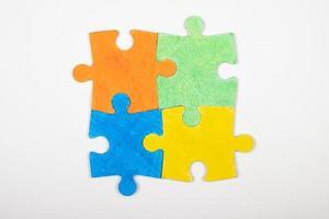 puzzelstukjes op wit foto