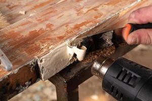 het verwijderen van oude verf van oude houten deuren foto