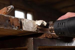 verf verwijderen van hout foto