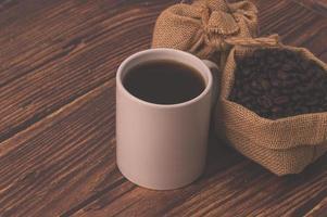 koffiebonen op een houten tafel, hou van koffie drinken concept