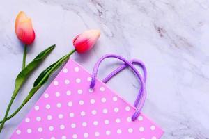 bovenaanzicht van cadeauzakje en tulpen