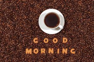 witte koffiemok en woorden goedemorgen gemaakt van koekjesbrieven foto