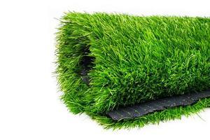 rol van plastic groen gras geïsoleerd op een witte achtergrond