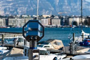 toeristenverrekijker aan de oevers van het meer van Genève in zwitserland foto