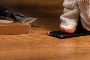 het herstellen van defecten op laminaat foto