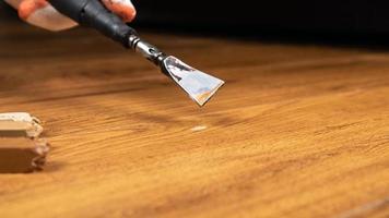 het repareren van afgebroken hout foto