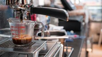 zwarte koffie in een maatbeker