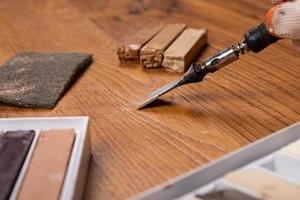 het herstellen van gekrast hout foto