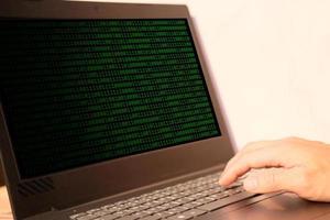 zakenman hand bezig met laptopcomputer, technologie concept foto