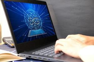 zakenman hand bezig met laptopcomputer en technologie concept foto